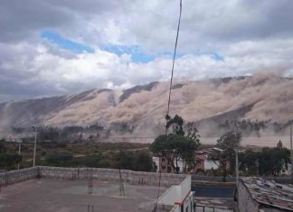 quito earthquake , quito earthquake landslide, deadly earthquake quito, quito deadly earthquake august 2014, quito earthquake 2014 landslide, Huge clouds of dust can be seen in the hills during the shaking. Photo: Twitter