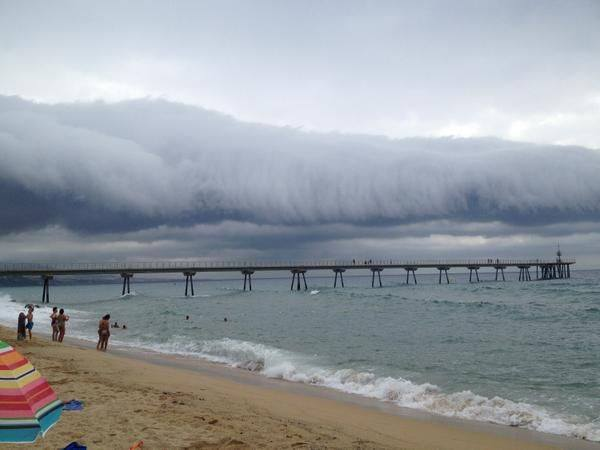 roll cloud, Corró de núvols des de Barcelona, roll cloud august 2014, roll cloud barcelona, roll cloud barcelona august 2014, This roll cloud was spotted around Barcelona (Badalona) on August 13 2014. Amazing! Photo: Oriol Audri, roll cloud barcelona august 2014, The same roll cloud but closer... Spotted near Barcelona on August 13, 2014. Photo: Jordi Sanch