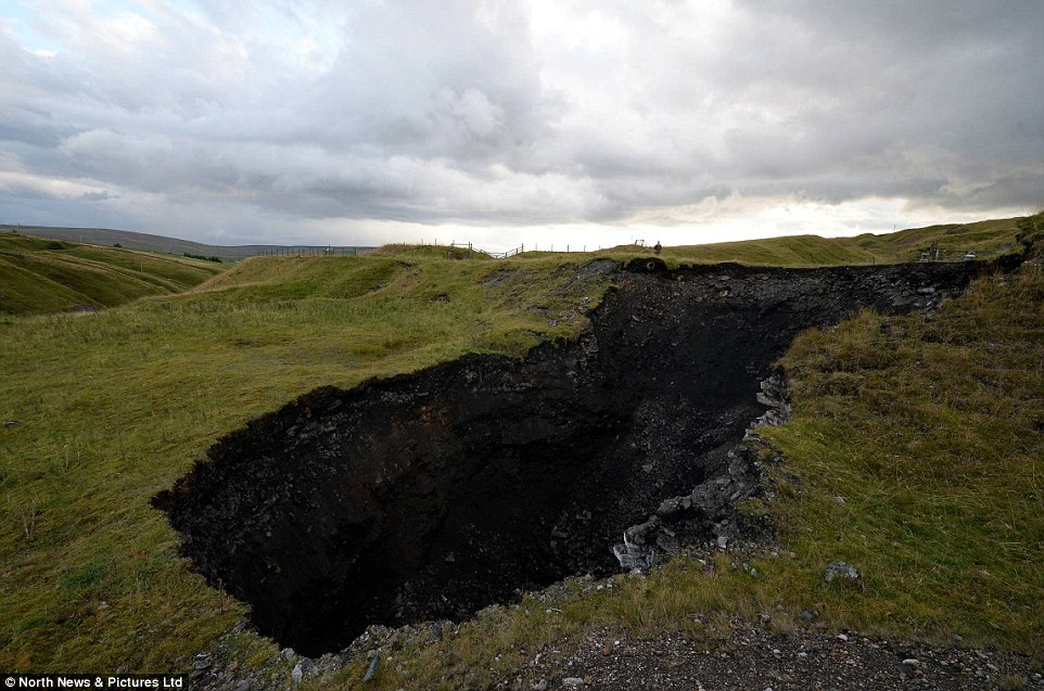 sinkhole, sinkhole pennines, sinkhole cowshill, terrifying sinkhole cowshill pennines, pennines sinkhole photo, cowshill sinkhole photo, A giant sinkhole has opened up overnight in Cowshill and is still growing, How this sinkhole appeared remains a mystery. It is now being investigated, How this sinkhole appeared in the Pennines remains a mystery. It is now being investigated., Look at this hole! It's gigantic!