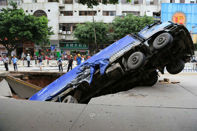 Is Guangxi a swiss cheese landscape?, sinkhole, sinkhole photo, sinkhole photo china, most amazing sinkhole photo, amazing photo of sinkhole: truck swallowed by giant sinkhole in China, sinkhole swallows truck in Guangxi, OMG! A truck swallowed by a giant sinkhole in China!