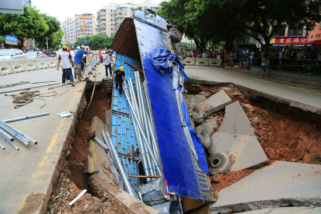 sinkhole, sinkhole photo, sinkhole photo china, most amazing sinkhole photo, amazing photo of sinkhole: truck swallowed by giant sinkhole in China, sinkhole swallows truck in Guangxi, OMG! A truck swallowed by a giant sinkhole in China!