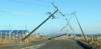 strong wing punta arenas, apocalyptic weather punta arenas, strong winda punta arenas, wind storm chile august 2014, Power masts almost down due to violent winds in Punta Arenas. Photo: Facebook