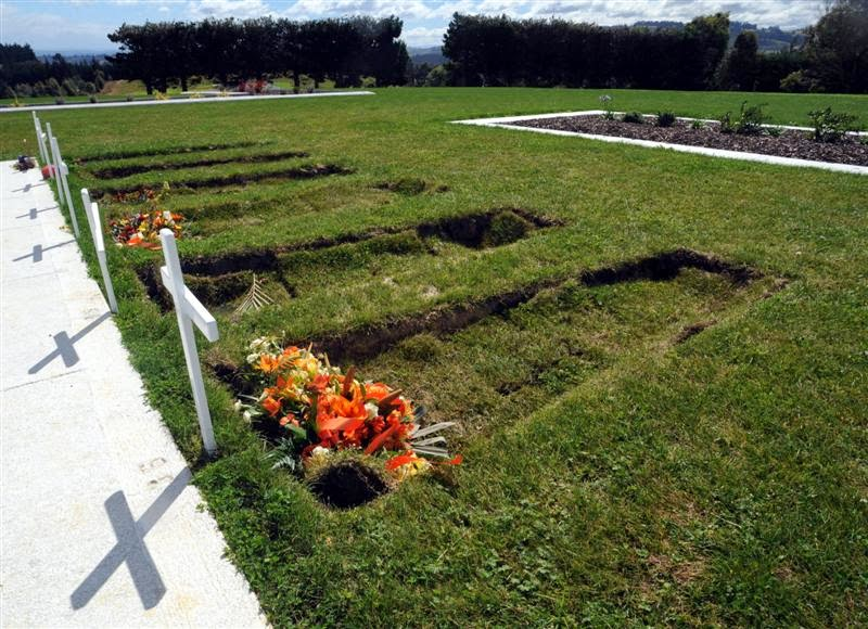 sunken graves, sinkhole under graves, sinkhole grave, grave sinkhole, sunken graves mexico, The sould of this body has escaped that sunken grave in Missouri, Cave-ins under sinkhole in Gravesend. A portal to another world?, This Dunedin cemetery looks creepy with its sunken graves.