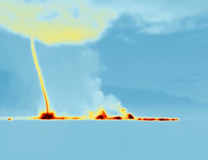 Bardarbunga gas tornado, Bardarbunga gas tornado video, Bardarbunga gas tornado photo, Bardarbunga gas plumes video, Bardarbunga plumes photo and video, Could these strange lights spotted over the Bardarbunga volcano be the resullt of a gas tornado? Photo: nicarnicaaviation