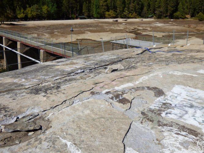 cracking earth, exfoliation crack, Cracking rock at Twain Harte Lake Sierra Nevada. Photo: Geotripper