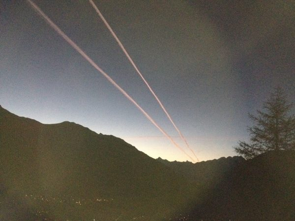 The two mysterious stripes were clearly visible in Graubünden. Photo: 20min, chemtrail, chemtrail photo, chemtrail photo switzerland september 2014, chemtrail switzerland, chemtrail CH 2014, chemtrail september 2014 switzerland, swiss chemtrail 2014, chemtrail switzerland september 2014 photo, Chemtrail conspiracy theory: Mysterious stripes in the sky over Hinwil. Photo: 20 min