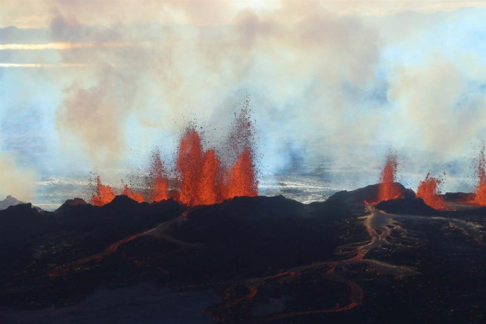 Bardarbunga eruption, iceland Bardarbunga volcano eruption, Bardarbunga lava eruption video, video of Bardarbunga volcano, aerial video of Bardarbunga eruption september 2014, iceland volcano lava eruption, This photo is from the new New footage (01.09.14) of the eruption north of Bárðarbunga in Holuhraun. Youtube video: Ragnar Eldon Haraldsson and Skarphéðinn Snorrason, Lava Gushes From Iceland Volcano