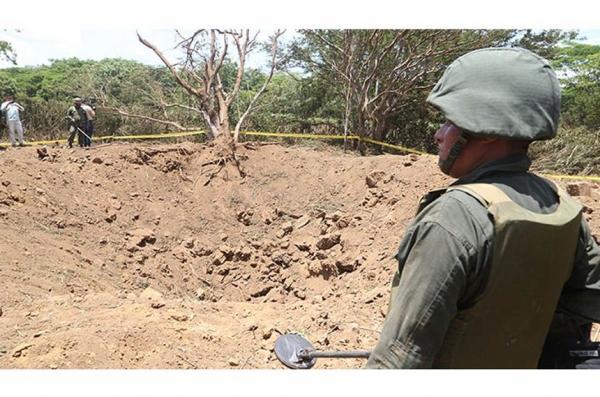 Meteorite rush near the impact zone in Managua., meteorite nicaragua, meteorite impact nicaragua, meteor crater nicaragua, meteor crater nicaragua managua, meteor crater managua, meteor crater, meteorite crashes in Nicaragua, meteorite crashes near managua international airport september 2014, Giant crater created by meteorite impact in Managua, Nicaragua on September 7, 2014, meteorite crater, meteor crater, meteor nicaragua, meteorite crater managua, meteorite touches doun near managua airport in nicaragua, video, september 2014