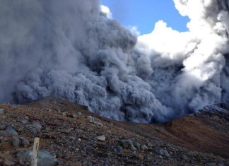 Mt ontake volcano, ontake volcano erupts september 2014, ontake volcano eruption photo, ontake volcano video, ontake volcano ash cloud, ontake volcano septemebr 2104, ontake volcano, ontake volcano eruption, The ash cloud rolling down Ontake volcano on September 27, 2014. Look at the insane video!