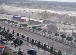 tsunami - giant waves - in Giresun in Turkey, Giresun giresun tsunami, Giresun giant waves video, giant waves destroy city of Giresun in Turkey video, giant waves turkey, tsunami turkey september 2014, storm giresun turkey video, Tsunami - waves hit Giresun in Turkey. The giant waves engulfed the city on the Black Sea coastdamaging buildings and cars. Photo: DHA