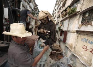 The Destitute Cemetery City of Guatemala, A grave cleaner removes a mummified body from a crypt at La Verbena Cemetery in Guatemala City., grave cleaner La Verbena Cemetery, La Verbena Cemetery Guatemala city, La Verbena Cemetery Guatemala, terrifying La Verbena Cemetery, La Verbena Cemetery photo, creepy La Verbena Cemetery