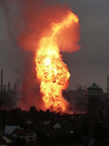 ludwigshafen explosion, ludwigshafen gas explosion, ludwigshafen gas explosion photo, ludwigshafen gas explosion video, ludwigshafen gas line explosion, gas explosion ludwigshafen video, This huge fire followed the giant gas line explosion in Ludwigshafen, Germany.