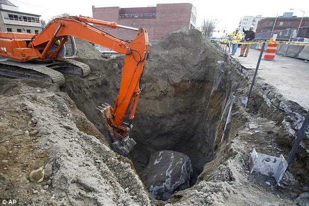 glacial erratic, glacial erratic unearth usa, Everett glacial erratic, massive ice boulder  - giant erratic Everett, Wa, giant ice rock found in Everett nov 2014, monster erratic found at construction site in Everett, Wa