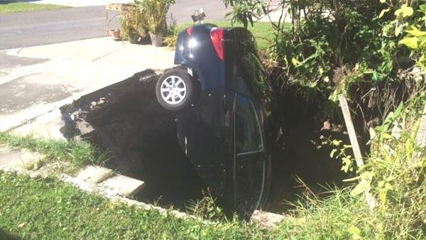 sinkhole pasco november 10 2014, sinkhole swallows car in Pasco county florida november 10 2014, florida sinkhole swallows car in pasco, pasco sinkhole november 10 2014, sinkhole swallows car in Pasco florida november 2014, pasco sinkhole swallows car in florida november 10 2014