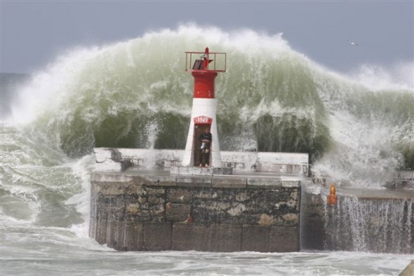 freak wave cape town dec 2014, freak wave durban dec 2014, freak wave durban, freak wave durban sa, freak wave durban sa december 2014, Wedge beach wave, freak wave kills 3 in south africa