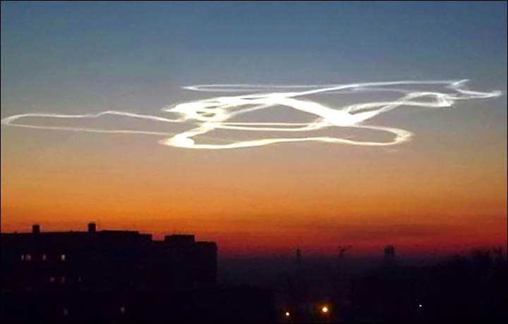 ufo, alien clouds, strange cloud, mysterious clouds altai siberia december 2014, strange cloud, rocket cloud, vapour rocket cloud, eerie cloud after rocket launch, rocket launch cloud, cloud after rocket launch