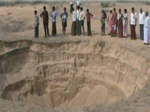 crater india River Chitravathi, sinkhole india, huge crater india River Chitravathi, sinkhole chitravathi, sinkhole chitravathi river, sinkhole chitravathi river 2015, sinkhole chitravathi river january 2015, giant crater india River Chitravathi