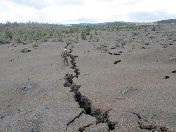 terra crepa Kilauea 2015, terra crepa Kilauea, terra crepa vulcano Kilauea, terra crepa Kilauea eruzione, terra crepa Kilauea 2015, terra crepa Kilauea Volcano Hawaii 2015, crepe terra appaiono bocche attive durante il ongouing vulcano Kilauea eruzione 2014-2015