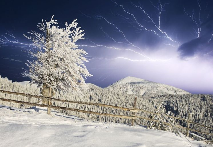 mysterious flash arctic, mysterious flash alaska, mysterious flash in the sky video, mystery flashes of light in arctic, video thundersnow, thundersnow video phenomenon, thundersnow arctic 2015