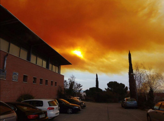 toxic cloud explosion spain, orange toxic cloud spain, chemical plant explosion spain, toxic cloud after chemical explosion spain, chemical industry explodes in catalonia creating giant orange cloud, toxic cloud spain february 2015, toxic cloud appears after chemical explosion video