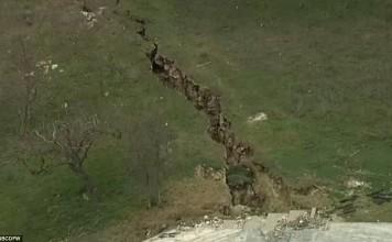 giant earth crack lake whitney, giant earth crack lake whitney threatens luxury home, giant earth crack lake whitney texas, texas lake whitney giant crack, crack in cliff lake whitney march 2015