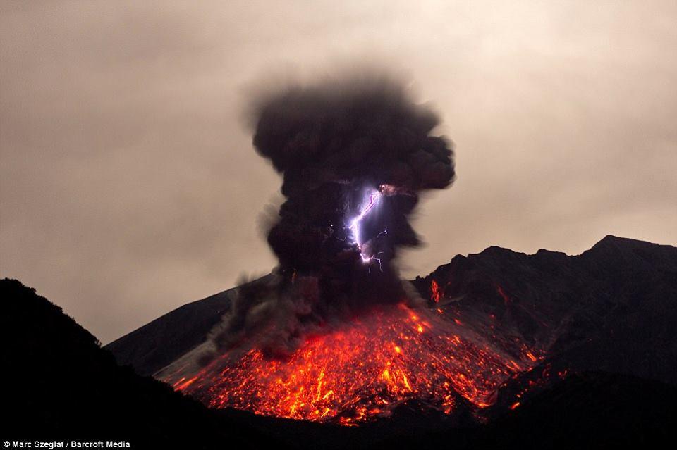 volcanic lightning, volcanic lightning video, volcanic lightning Sakurajima volcano, volcanic lightning photo, lightning volcano eruption video and photo