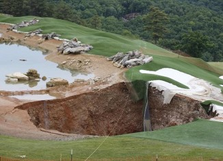 sinkhole missouri golf course may 2015, sinkhole missouri golf course, Massive sinkhole opens in Missouri golf course, giant sinkhole missouri golf course photo, giant sinkhole missouri golf course video