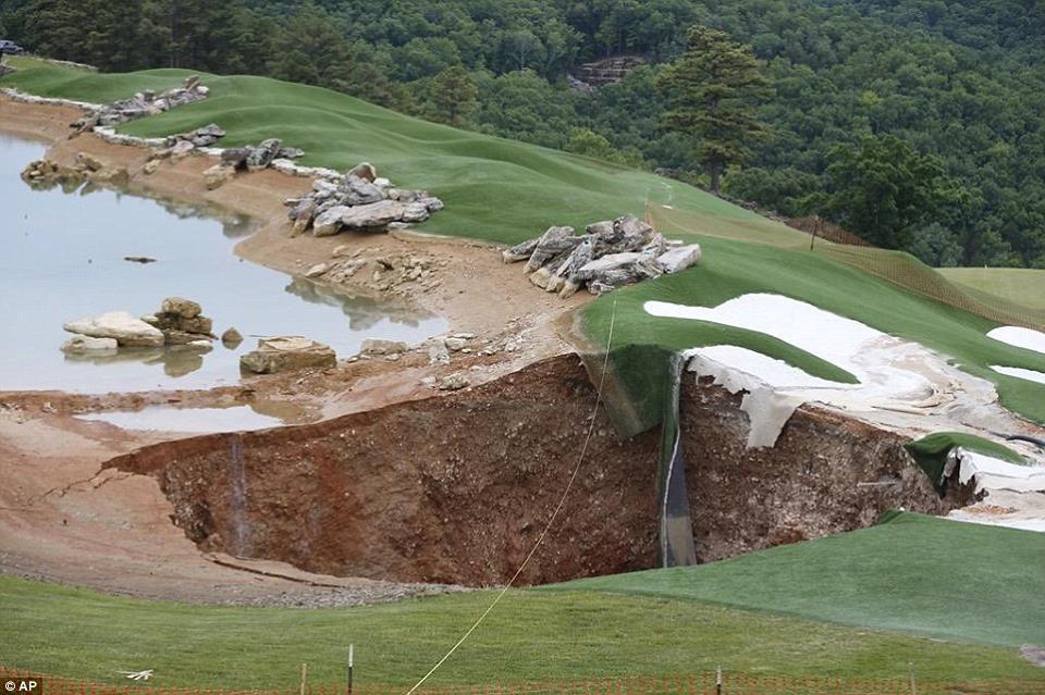 sinkhole missouri golf course may 2015, sinkhole missouri golf course, Massive sinkhole opens in Missouri golf course, giant sinkhole missouri golf course photo, giant sinkhole missouri golf course video