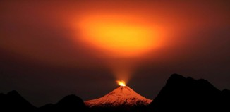 Villarrica Volcano, The Villarrica volcano creates a magic portal in the night sky over Pucon., Villarrica Volcano photo, best Villarrica Volcano photo 2015, Villarrica Volcano portal, Villarrica Volcano portal to heaven, Villarrica Volcano light sky, Villarrica Volcano lights up sky over Pucon