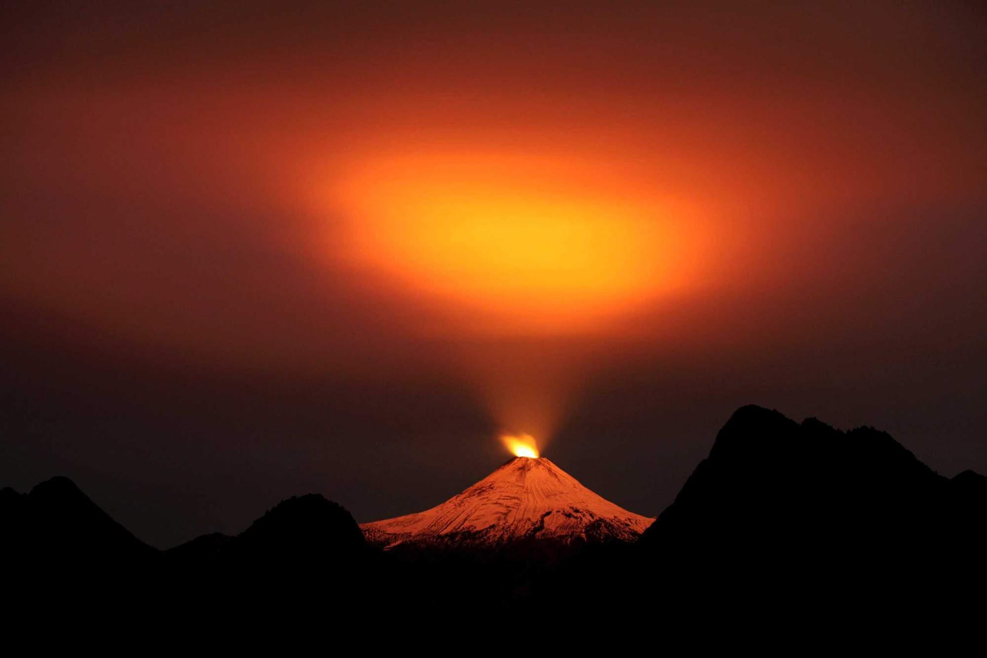Villarrica Volcano, The Villarrica volcano creates a magic portal in the night sky over Pucon., Villarrica Volcano photo, best Villarrica Volcano photo 2015, Villarrica Volcano portal, Villarrica Volcano portal to heaven, Villarrica Volcano light sky, Villarrica Volcano lights up sky over Pucon