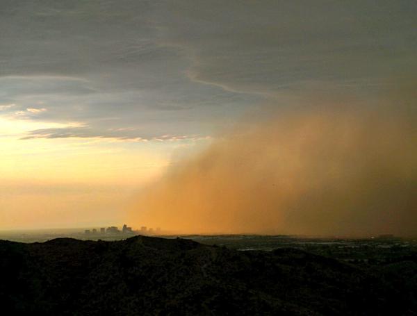 tempête de poussière de Phoenix le 27 juin 2015, une tempête de sable phoenix 27 juin 2015, habboob phoenix 27 juin 2015, la première sandstomr arizona juin 2015, la première phoenix haboob 2015