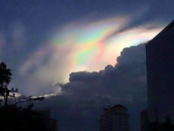 fire rainbow bangkok june 2015, fire rainbow bangkok photo, iridescent cloud bangkok june 9 2015, fire rainbow bangkok picture june 2015, ชาวเน็ตแชร์เมฆสีรุ้งปรากฏบนฟากฟ้ากทม, ชาวเน็ตชื่นชมปรากฏการณ์เมฆสีรุ้งสวยแปลกตาบนฟากฟ้ากรุงเทพมหานคร แชร์ว่อนโลกโซเซี่ยล