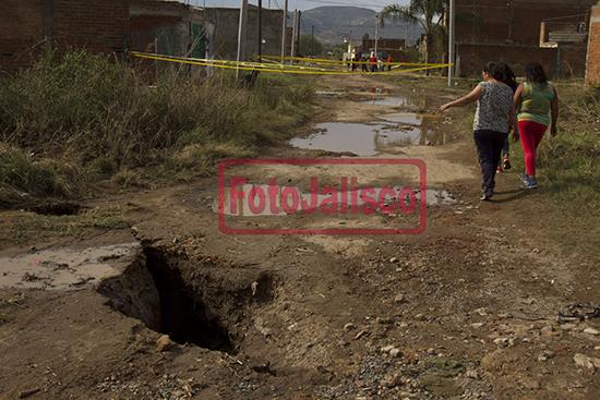 giant cracks nextipac, The new crack go underground in Nextipac, giant cracks opened up in Nextipac, Mexico after heavy storm on June 11 2015, earth cracks june 2015 mexico, new mysterious cracks open up in nextipac mexico, grietas en nextipac, Luego de la fuerte lluvia de la noche de este jueves, aparecieron dos nuevas grietas  en la colonia ejidal Ángeles de Nextipac