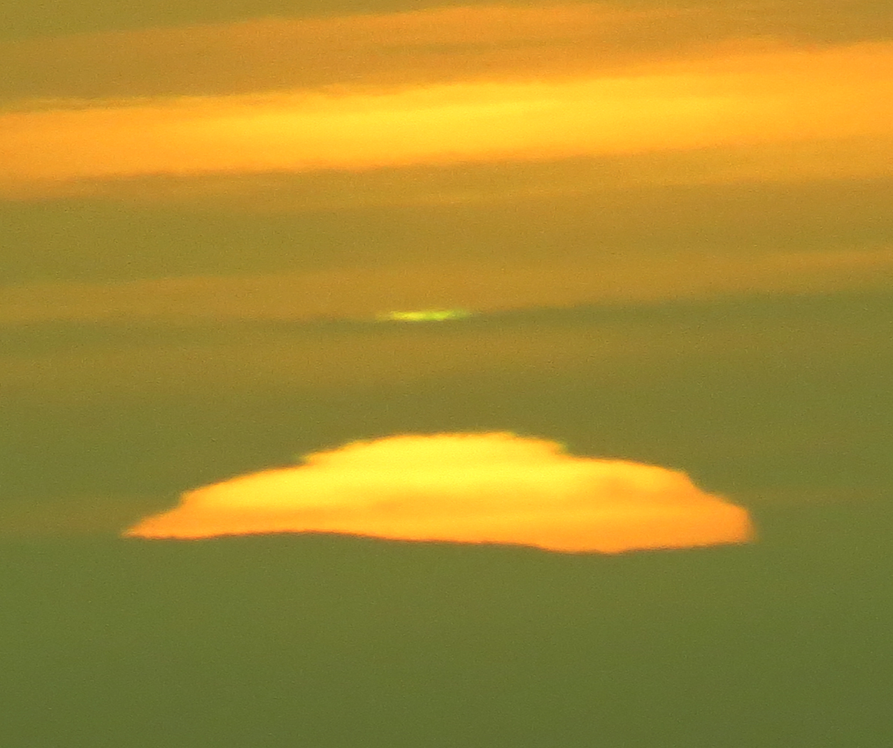 green flash, green flash photo, green flash weird sun photo, green flash over weird sun, green flash sun, green flash san francisco, Weird green flash over a sliced sun in San Francisco. Photo: Mila Zinkova, The green flash appears far away from the layered sun surface. Photo: Mila Zinkova