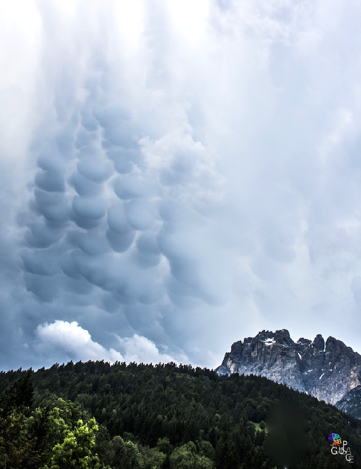mammatus italy june 2015, mammatus cloud italy june 2015, mammatus cloud rome june 2015, mammatus cloud june 2015, Mammatus clouds falling from the sky, Mammatus often appear before a strong storm