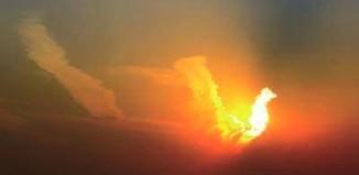 strange clouds, strange phoenix cloud beijing, phoenix sky strange cloud, phoenix cloud, bird cloud, cloud shape phoenix, cloud form of a phoenix appears over Beijing