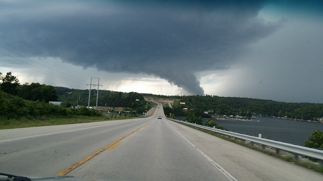 Tornado in Eolia, Missouri sweeps trucks away - Strange Sounds