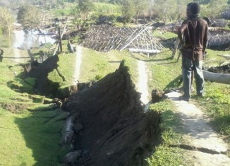 earth crack sinkhole papua new guinea, giant sinkhole swallows 16 houses in Papua new guinea, sinkhole and earth cracks destroy 16 houses in Papua new guinea, sinkhole destroys 16 houses in Papua new guinea, huge sinkhole and earth cracks destroy 16 houses in PNG, PNG sinkhole apocalypse july 2015, giant sinkhole and earth cracks destroy 16 houses in png, png sinkhole apocalypse