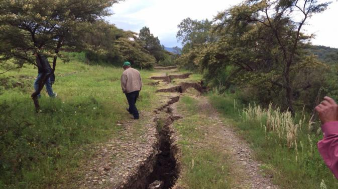 giant crack mexico 2015, giant crack mexico august 2015, crack mexico august 2015, earth crack oaxaca august 2015, oaxaca crack 2015, mexico trench august 2015