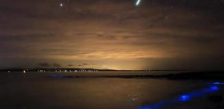 meteor bioluminescence, meteor glowing ocean, meteor strikes over bioluminescent ocean, meteor and bioluminescence photo, Meteor disintegrates over a glowing ocean at Jervis Bay Australia, bioluminescence vs meteor, best meteor photo