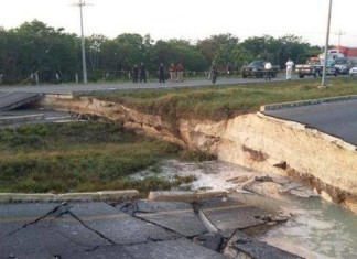 playa del carmen road collapse, road collapse playa del carmen,road collapse playa del carmen photo, road collapse playa del carmen video, road collapse playa del carmen photo and video, road collapse rieviera maya, sinkhole swallows road playa del carmen, playa del carmen giant sinkhole, road collapse playa del carmen riviera maya, road collapse playa del carmen photo, road collapse playa del carmen video, road collapse playa del carmen photo and video