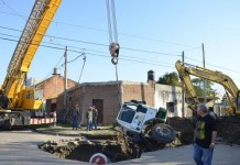 sinkhole august 2015, sinkhole news august 2015, cement truck swallowed by sinkhole, sinkhole cement truck, cement truck sinkhole photo argentina, sinkhole Corrientes argentina