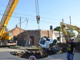 sinkhole august 2015, sinkhole news august 2015, cement truck swallowed by sinkhole, sinkhole cement truck, cement truck sinkhole photo argentina, sinkhole Corrientes argentina