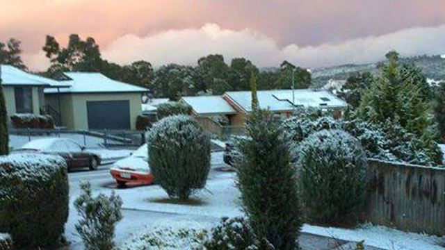snow hobart, snow hobart august 2015, major snow in hobart august 3 2015, snow hobart 2015 photo, snow hobart 2015 video, snow hobart 2015 photo and video