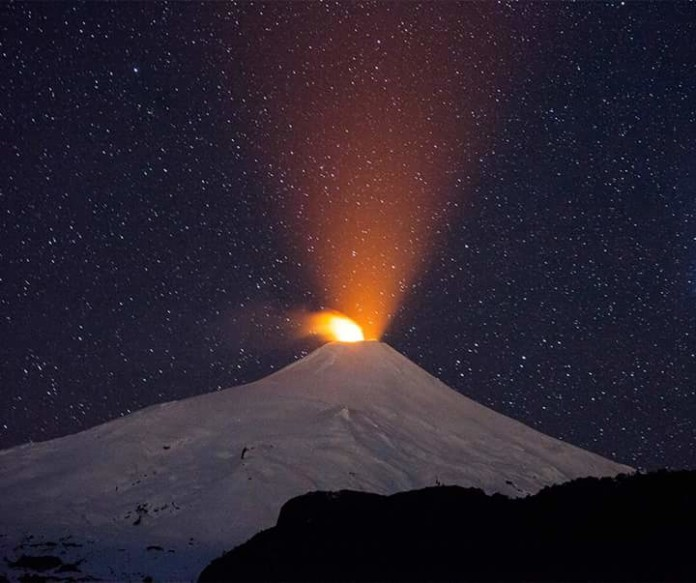 villarrica eruption photo, villarrica eruption night photo, villarrica volcano nocturnal eruption photo, villarrica eruption august 2015 night photo, awesome villarrica eruption august 2015 photo