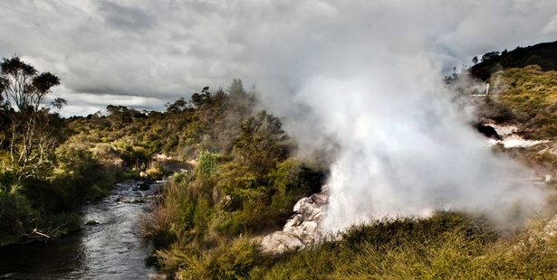 Papakura geyser eruption 2015, Papakura geyser eruption 2015 video, NZ Papakura geyser eruption 2015, seismic unrest nz 2015, volcanic geyser erupts after 30 years of dormancy in New Zealand, New Zealand geyser rebirth september 2015