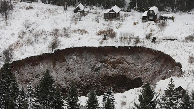 Solikamsk sinkhole uralkali, sinkhole uralkali, Solikamsk, Solikamsk sinkhole uralkali 2015, Solikamsk sinkhole uralkali september 2015, Solikamsk sinkhole uralkali perm 2015, perm sinkhole 2015, The giant sinkhole @ Solikamsk as photographed end of August 2015, Before and after pictures of the potash mine sinkhole. Some houses as well as forest have been swallowed down the crater.