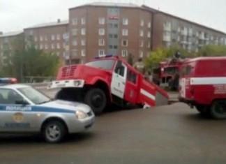 fire truck sinkhole, fire truck sinkhole photo, fire truck sinkhole video, fire truck sinkhole russia september 2015, fire truck sinkhole russia sept 2015