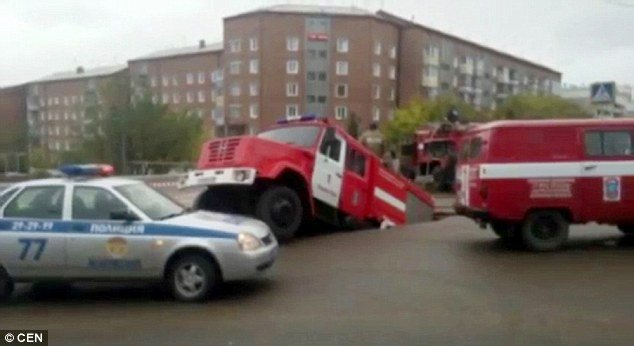 fire truck sinkhole, fire truck sinkhole photo, fire truck sinkhole video, fire truck sinkhole russia september 2015, fire truck sinkhole russia sept 2015
