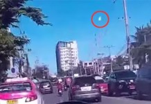 meteor thailand september 7 2015, meteor thailand,A huge meteor explodes over Bangkok during morning rush hour on September 7 2015. Photo: Youtube, fireball bangkok september 7 2015, fireball explosion bangkok thailand september 7 2015, meteor explosion thailand september 7 2015, meteor explosion thailand september 7 2015 video, meteor explosion thailand september 7 2015 photo, Huge meteorite falls on earth in Thailand, meteor thailand september 7 2015, meteor thailand, พบแสงไฟพุ่งลงคล้ายสะเก็ดอะไรบางอย่าง, มีใครเห็นบ้าง?8.40น แสงไฟแว๊บสว่างตามด้วยเสียงเหมือนฟ้าร้อง และทิ้งกลุ่มควันไว้ ฟ้ากาญจนบุรี มันคืออะไร?